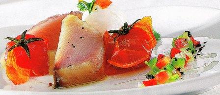 Bonito con huevos de codorniz y tomates