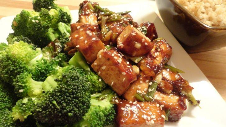 Brócoli con tofu y cacahuetes