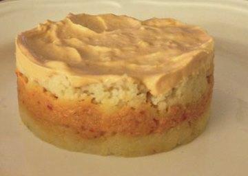 Pastel de patata con alioli relleno de salmón