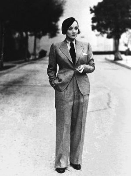 Marlene con traje de espiguilla en color gris.