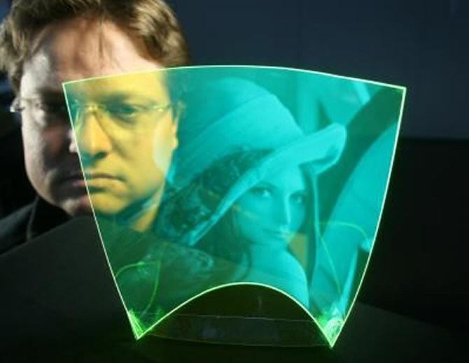 El primer sensor de imágenes flexible y totalmente transparente del mundo. La película plástica está recubierta con partículas fluorescentes. (Foto: Optics Express)
