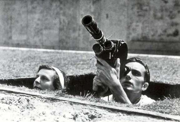 Leni Riefenstahl intenta conseguir los mejores planos para Olympia