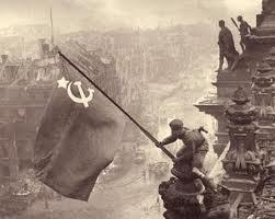 Perales colocando la bandera soviética en el Reichstag alemán