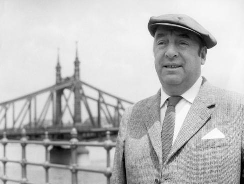 En la foto de archivo (mayo de 1956) Neruda en Budapest, con el Puente de la Libertad sobre el Danubio al fondo. / Efe-MTI