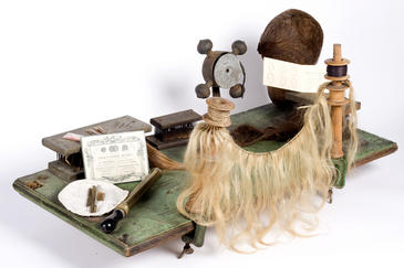 Máquina de pelucas. / Raffel Pagés