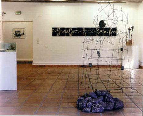 Fotografía de una de las salas de la Fundación. Al fondo puede apreciarse la obra Cura, de Eduardo Arroyo. Imagen tomada de la web de la Diputación Provincial de Cuenca