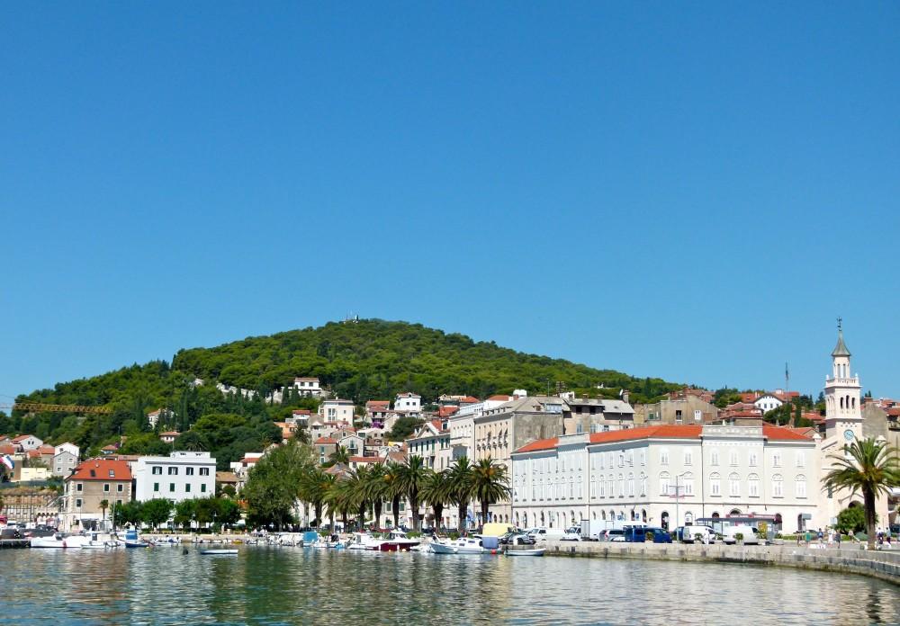 Vista de Split, con el paseo marítimo en primer plano y el monte Marjan al fondo