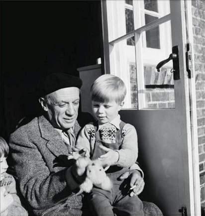 Picasso y Anthony Penrose, hijo de Roland y Lee, en Farley Farm, Sussex, Inglaterra.