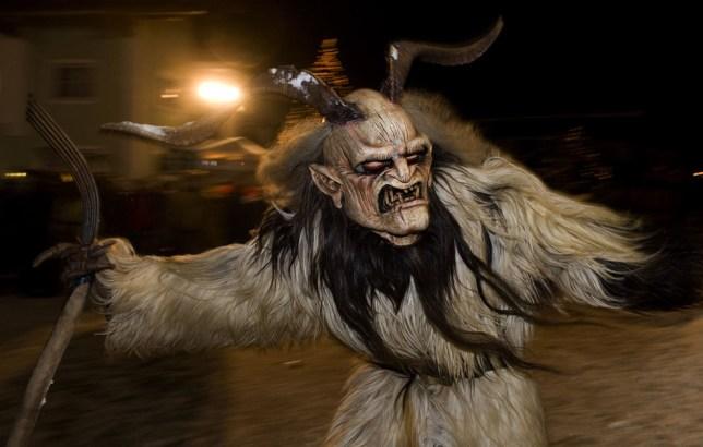 Un hombre vestido como Krampus, el compañero de San Nicolás y una de las tradiciones de Adviento únicas de Austria, hace su camino durante una procesión tradicional Krampus en Unken, provincia de Salzburgo de Austria, el 5 de diciembre de 2010. (AP Photo / Kerstin Joensson