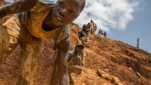 Foto: Marcus Bleasdale / VII / UNICEF . Para huir de la pobreza y la desesperación, niños y adolescentes se enrolan en milicias y en grupos de contrabando que controlan las áreas mineras en la República Democrática del Congo. Lo hacen a la fuerza, o voluntariamente.