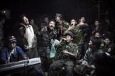 Julius Schrank ha sido el ganador dentro de Vida Cotidiana con esta imagen tomada en Myanmar, donde combatientes de la guerrilla birmana cantan durante el funeral de uno de sus comandantes