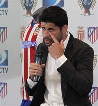 El delantero del Atlético de Madrid, Diego Costa, hoy en el estadio Vicente Calderón, durante la presentación de la II Copa
