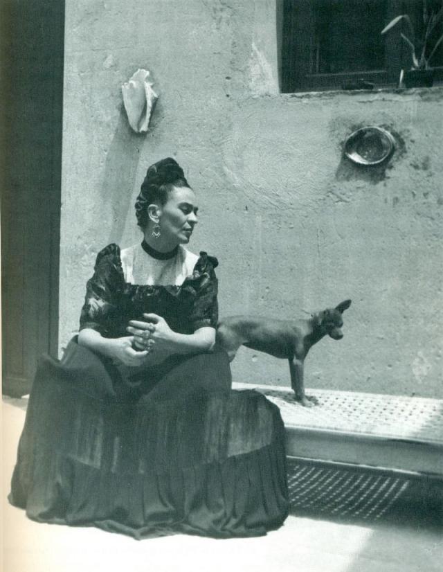 Kahlo-uso-el-posado-fotografico-para-construir-gran-parte-del-imaginario-estetico-de-su-obra_image800_