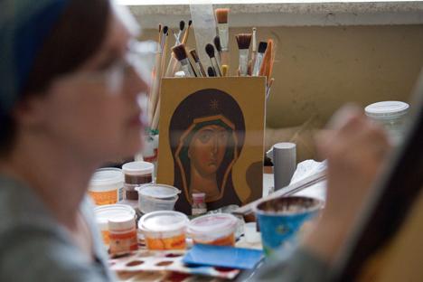 pintora de iconos en su estudio
