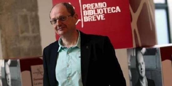 Fernando Marías recibiendo el premio Biblioteca Breve