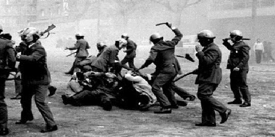 El grueso de la narración transcurre en los momentos más duros de la dictadura franquista