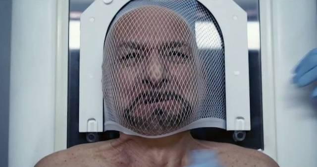 La mente de Ben Kingsley es transferida en la película Selfless (2015).