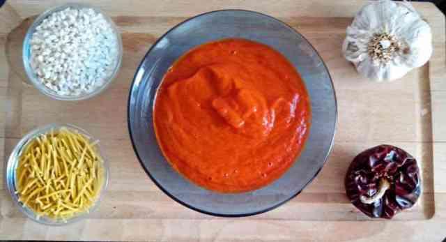 Este sofrito característico de levante, con el sabor del ajo y las ñoras, da un toque muy especial a los arroces y fideua que preparemos