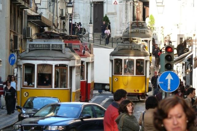 Por Lisboa y sobre todo por su casco antiguo, siguen funcionando los tranvías y elevadores que nos hacen más llevaderas las cuestas de la ciudad