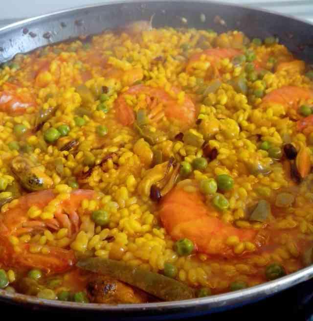 Receta de arroz preparada el fin de semana de las fallas valencianas, tierra del arroz. Con la salmorra y el fumet de pescado te trasladas al mar.
