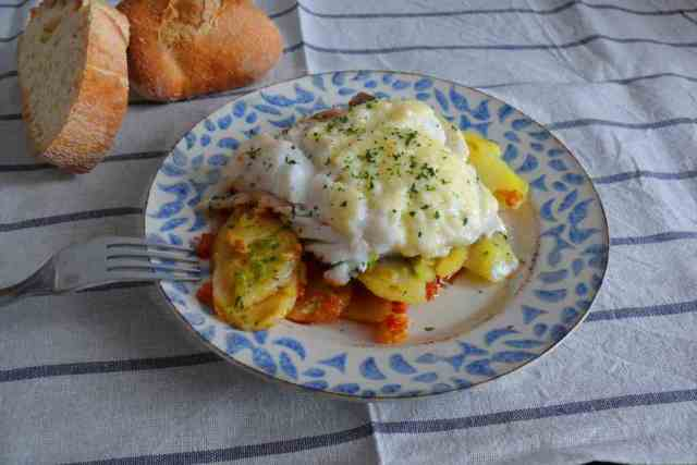El bacalao gratinado es una delicia para grandes y pequeños. Podemos preparar esta receta de bacalao a primera hora del día y sorprender a los invitados.