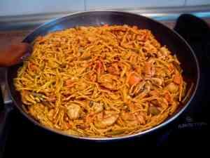 Receta de fideua de pollo y verdura con salmorra como fondo. Aunque es un plato que se suele preparar con marisco y pescado, acepta muchas variantes.
