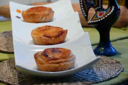 Esta receta nos transporta al país vecino Portugal, donde estos pasteis de belem son típicos y su pastelería famosa por guardar el secreto de la receta.