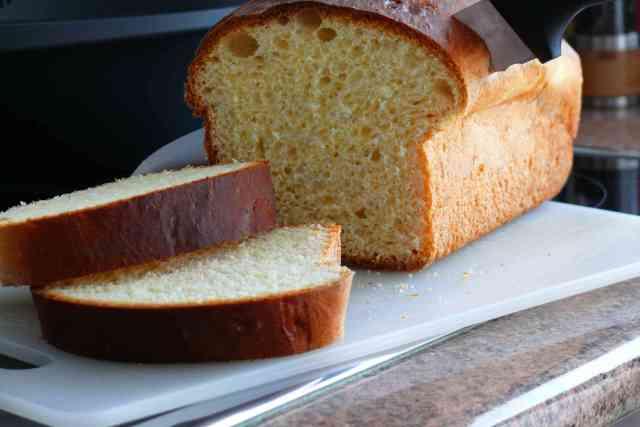 Rebanada de pan brioche recién horneado, ideal para hacer tostadas o cuando se quede duro aprovechar para torrijas o pan perdido, french toast.