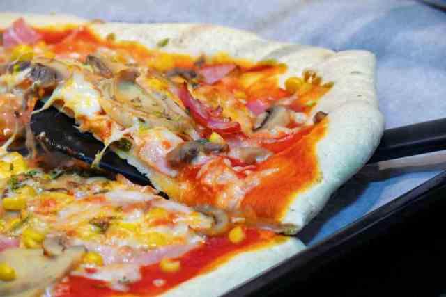 La receta de la masa para conseguir una domino´s pizza casera incluye harina de maíz precocida y semolina. Podemos comprar harina de maíz en el super.