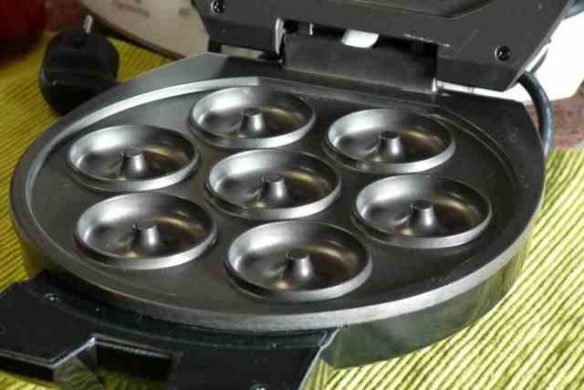 En la máquina para hacer donuts del lidl se pueden hacer 7 donuts en cada tanta, de dos o tres minutos cada una