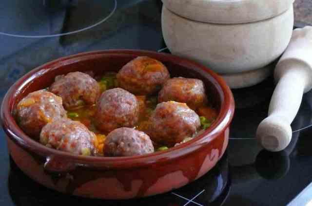 Receta de albóndigas en salsa con verduritas muy sencilla de preparar. Están deliciosas e invitan a mojar pan en la salsita