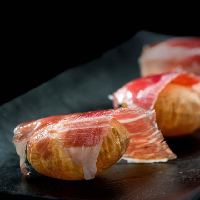 El jamón ibérico admite muchas preparaciones distintas y exquisitas, aunque bien cortado y con un buen vino es suficiente para disfrutar