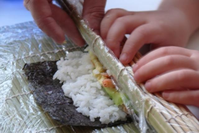 ayudando sushi