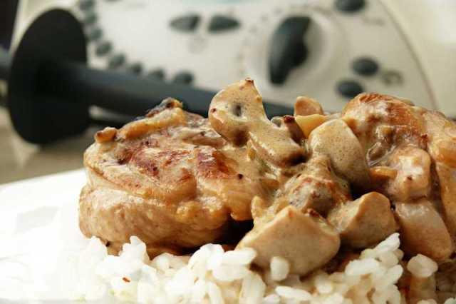 Pollo guisado con champiñones y salsa de nata y mostaza