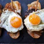 Pintxo de morcilla con cebolla caramelizada y huevo de codorniz