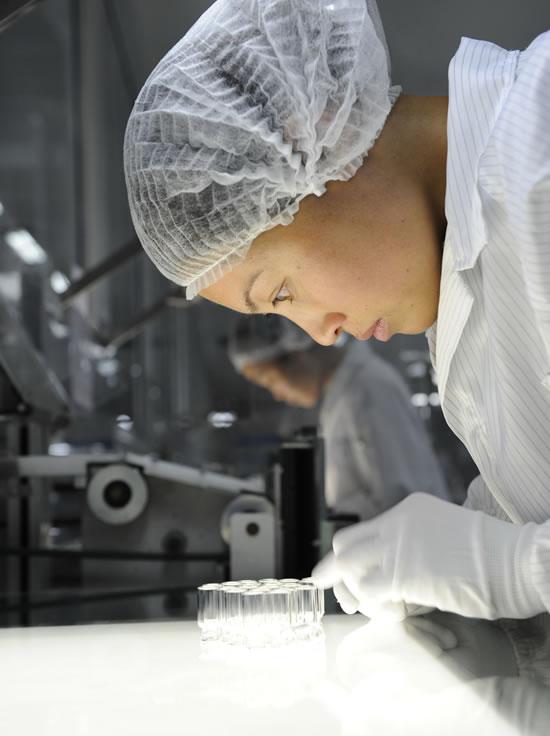 Control de calidad: A menudo, las botellitas de vidrio se llenan con medicamentos agresivos. Por ello, previamente se comprueban con precisión. (Foto: Schott PP/Jan Siefke)