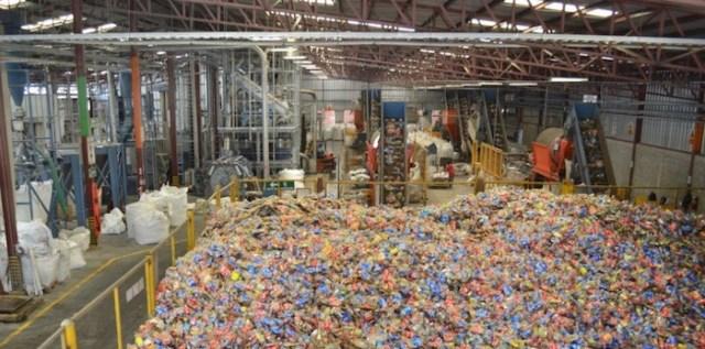 En Honduras el porcentaje de recolecta de botellas PET asciende a un 84%. Aquí se tratan cada mes unas 2000 botellas PET con la tecnología de la instalación Herbold Meckesheim