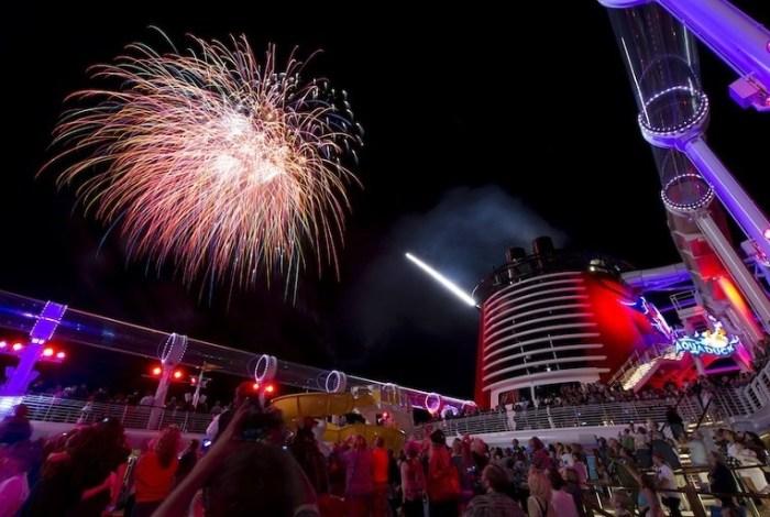 fuegos artificiales y diversion en cruceros disney