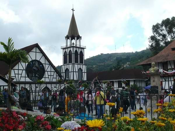 Iglesia de Colonia Tovar con flores