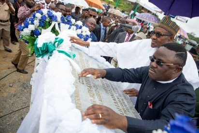 President Buhari unveiling the plaque with Governor of Cross River Prof. Ben Ayade during the Ground Breaking Ceremony of the 260km Super Highway Double Carrier Road from Calabar to Northern Nigeria on 20th Oct 2015. Photo credit: vanguardngr.com  Why Buhari should demand answers to questions on super highway project Calabar 14 e1445371425239