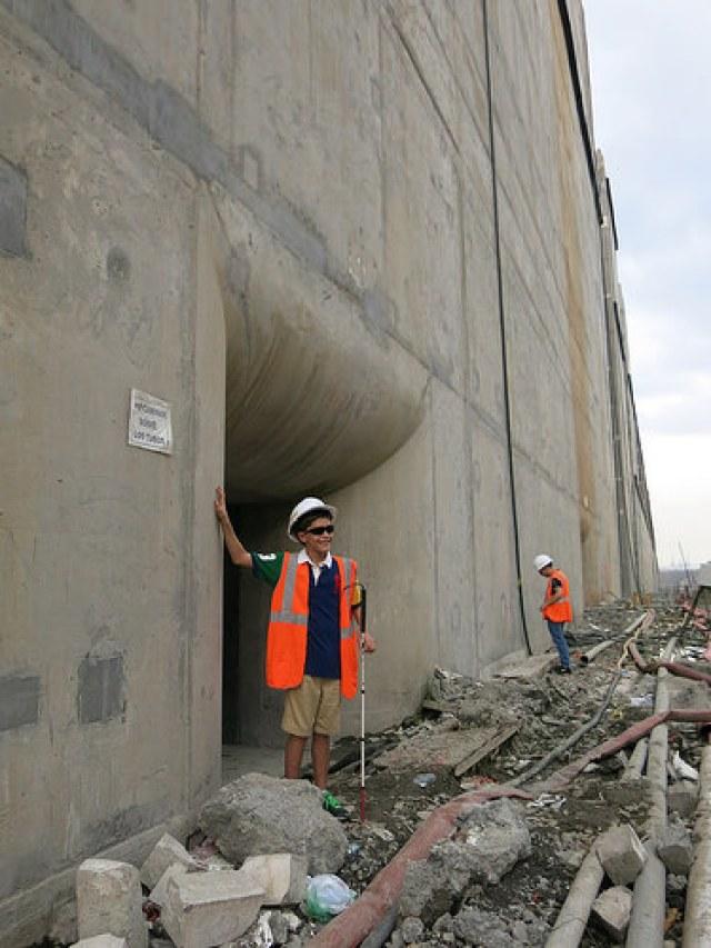 Nicholas Suchecki Guillén, menino cego de 11 anos, concretizando seu sonho de tocar as eclusas da ampliação do Canal do Panamá, no complexo de Cocolí, na costa do Oceano Pacífico, no dia 25 deste mês, durante a última visita permitida antes de começar o enchimento da monumental obra. Foto: Iralís Fragiel/IPS