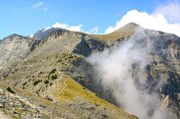 Το πέρασμα στο Λαιμό και στο βάθος αριστερά το Στεφάνι δεξιά η κορυφή Προφήτης Ηλίας