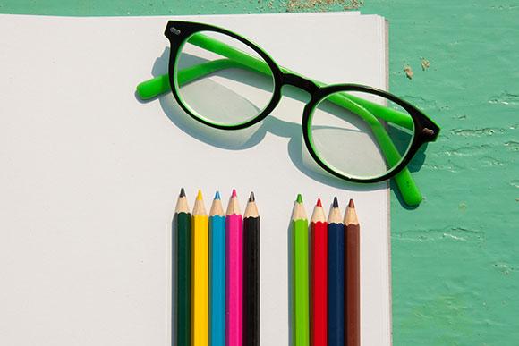 10 sinais de que seu filho precisa usar óculos