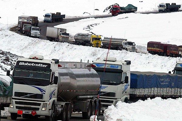 Abren el Paso Los Libertadores sólo para el cruce de camiones. A las 14  horas podrían cruzar los vehículos menores y buses | Epicentro Chile