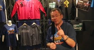 Carsten Schaefer erkundet den Merchandise-Stand: WWE hautnah – SummerSlam Live Party