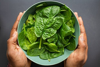 Spinach is rich in vitamin K that helps raise platelet count