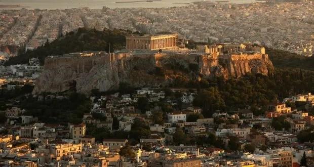 """Το βιβλίο """"Ελλάδα: Βιογραφία ενός Σύγχρονου Έθνους"""" του R. Beaton είναι απαραίτητο ανάγνωσμα για όλουςκαι, πιθανότατα, η μόνη ιστορία της σύγχρονης Ελλάδας που αξίζει να κάνεις δώρο στους φίλους σου!"""