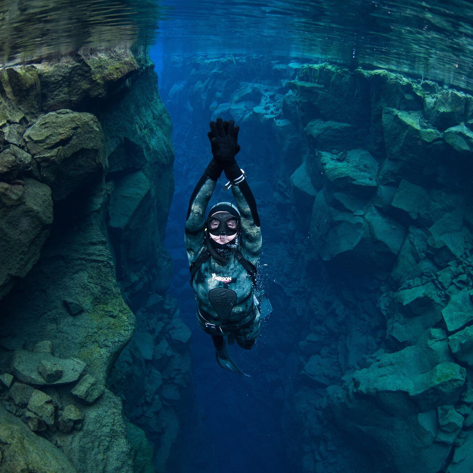 freediver-swimming-silfra-iceland