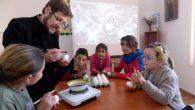 Centrul de zi al Episcopiei Slatinei și Romanaților a organizat marţi, 3 aprilie 2018, un atelier de încondeiat ouă, care s-a adresat copiilor și tinerilor, precum şi părinților acestora, dornici […]