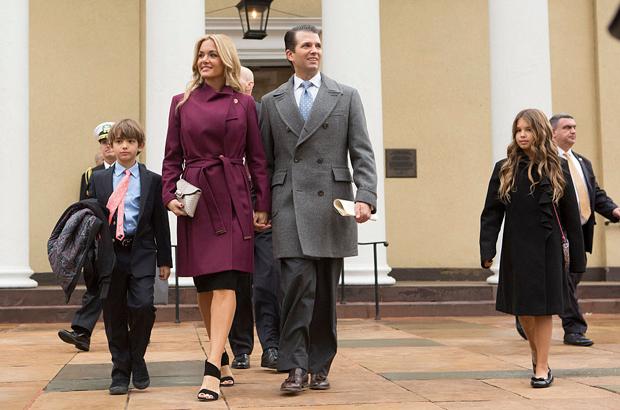 Donald Trump Jr., sua esposa Vanessa e filhos deixam a Igreja St. John em Washington, D.C., após um serviço para o presidente eleito Donald Trump em 20 de janeiro de 2017 (Chris Kleponis/EPA)